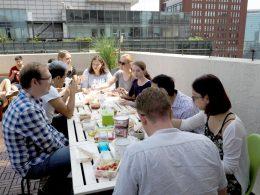 Lunchtijd op het dakterras bij LTL Beijing