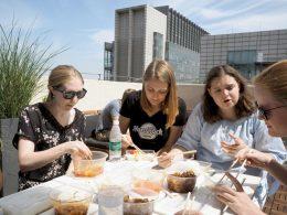 Lunchen op het dakterras van LTL