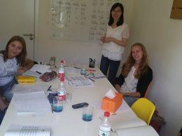 Docent Jacqueline met haar studenten in Beijing