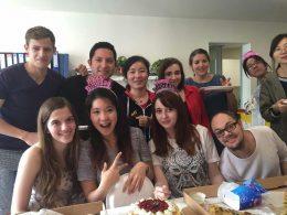 Docenten en studenten genieten van taart en pizza