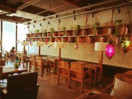 Lessen vinden plaats in diverse koffiezaakjes in de stad