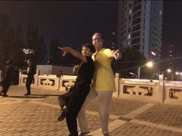 Piotr dansend in Chengde
