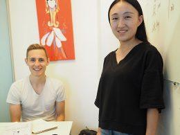 Docent Monica en student Nicklas bij LTL Beijing