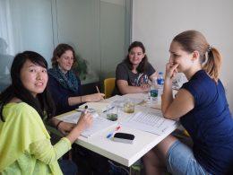 Docent Sofia met haar studenten