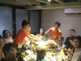 Docenten en studenten delen eten in Shanghai