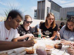 Jean Paul, Katherine, Anna en Cristina lunchen op het dakterras