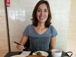 Nadia geniet van de lokale lekkernijen in Shanghai
