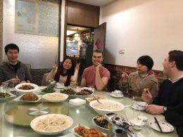 Docenten en studenten eten samen