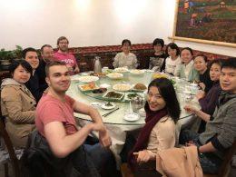 Docenten, studenten en medewerkers dineren samen